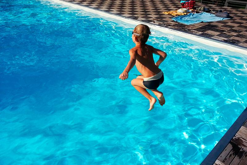 mantener limpia el agua de una piscina